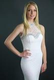 Όμορφος ξανθός φορώντας ένα άσπρο φόρεμα Στοκ φωτογραφία με δικαίωμα ελεύθερης χρήσης