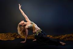 Όμορφος ξανθός χορευτής κοιλιών Στοκ Φωτογραφία