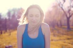 Όμορφος ξανθός ύπνος κοριτσιών στον ήλιο Στοκ Εικόνες