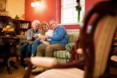 Όμορφος ξοδευμένος κορίτσι χρόνος με τους παππούδες και γιαγιάδες Στοκ Εικόνες