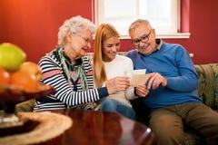 Όμορφος ξοδευμένος κορίτσι χρόνος με τους παππούδες και γιαγιάδες, επίσκεψη grandpare Στοκ εικόνες με δικαίωμα ελεύθερης χρήσης