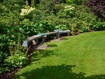 Όμορφος ξύλινος πάγκος σε έναν κήπο Στοκ Εικόνες