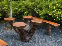 Όμορφος ξύλινος πάγκος σε έναν κήπο Στοκ εικόνα με δικαίωμα ελεύθερης χρήσης