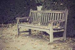 Ξύλινος πάγκος στο πάρκο, Παρίσι, Γαλλία στοκ φωτογραφίες με δικαίωμα ελεύθερης χρήσης