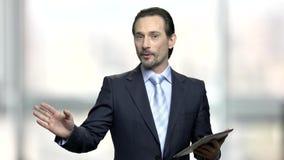 Όμορφος ομιλητής ατόμων που χρησιμοποιεί την ψηφιακή ταμπλέτα απόθεμα βίντεο