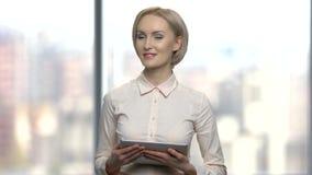Όμορφος ομιλητής γυναικών που χρησιμοποιεί την ψηφιακή ταμπλέτα απόθεμα βίντεο