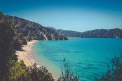 Όμορφος ονειροπόλος ωκεάνιος κόλπος με τη χρυσή αμμώδη παραλία στο Abel Tasman Στοκ Εικόνες