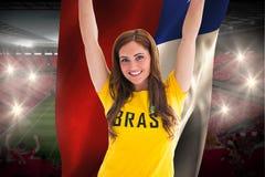 Όμορφος οπαδός ποδοσφαίρου στη σημαία της Χιλής εκμετάλλευσης μπλουζών της Βραζιλίας Στοκ Εικόνες