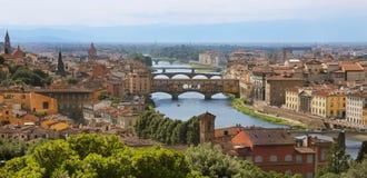 Όμορφος ορίζοντας εικονικής παράστασης πόλης της Φλωρεντίας, Ιταλία με την άποψη των γεφυρών πέρα από τον ποταμό Arno Στοκ εικόνα με δικαίωμα ελεύθερης χρήσης