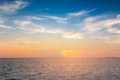 Όμορφος ορίζοντας ηλιοβασιλέματος πέρα από seacoast Στοκ Εικόνα