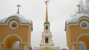Όμορφος ορθόδοξος καθεδρικός ναός μεταμόρφωσης στο πάρκο πόλεων φιλμ μικρού μήκους