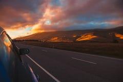 Όμορφος ουρανός επάνω από τις ορεινές περιοχές από την άκρη του δρόμου στοκ εικόνες