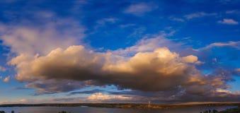 Όμορφος ουρανός ηλιοβασιλέματος πανοράματος με τα σύννεφα Στοκ Εικόνα