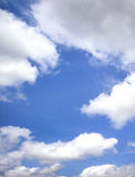 Όμορφος ουρανός και άσπρα σύννεφα Στοκ φωτογραφία με δικαίωμα ελεύθερης χρήσης