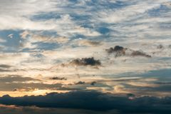 Όμορφος ουρανός με τα σύννεφα και τον ήλιο ηλιοβασίλεμα ουρανού &sigma Στοκ εικόνες με δικαίωμα ελεύθερης χρήσης