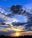 Όμορφος ουρανός με το φως του ήλιου και σύννεφα κατά τη διάρκεια του ηλιοβασιλέματος Στοκ φωτογραφία με δικαίωμα ελεύθερης χρήσης