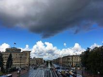Όμορφος ουρανός πέρα από τα σπίτια πόλεων στοκ φωτογραφίες με δικαίωμα ελεύθερης χρήσης