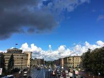 Όμορφος ουρανός πέρα από τα σπίτια πόλεων στοκ εικόνες