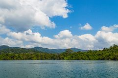 Όμορφος ουρανός ποταμών λιμνών βουνών και φυσική έλξη στο φράγμα Ratchaprapha στο εθνικό πάρκο Khao Sok, επαρχία του Σουράτ Thani Στοκ Εικόνα