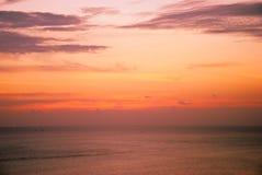 Όμορφος ουρανός στους χρόνους λυκόφατος στη θάλασσα Στοκ Εικόνες