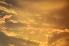 Όμορφος ουρανός στο ηλιοβασίλεμα στα χρυσά και ρόδινα χρώματα Στοκ φωτογραφία με δικαίωμα ελεύθερης χρήσης