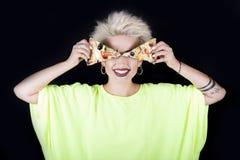 Όμορφος ο ξανθός σε μια ανοικτό πράσινο μπλούζα με μια πίτσα στο han Στοκ Εικόνες