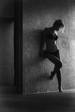 Όμορφος ο ξανθός σε μια στάση κοστουμιών λουσίματος Στοκ φωτογραφίες με δικαίωμα ελεύθερης χρήσης