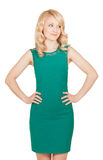 Όμορφος ο ξανθός στο πράσινο φόρεμα έχει τα χέρια του στη μέση Στοκ Φωτογραφία