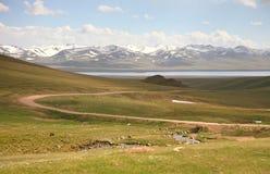 Όμορφος ο φυσικός από Bishkek σε Naryn με τα βουνά Tian Shan του Κιργιστάν Στοκ Φωτογραφία
