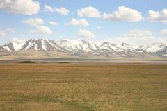 Όμορφος ο φυσικός από Bishkek σε Naryn με τα βουνά Tian Shan του Κιργιστάν Στοκ εικόνα με δικαίωμα ελεύθερης χρήσης