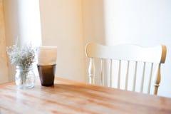 Όμορφος ο houseplant με σαφές flowerpot και ιστός στο blac Στοκ Εικόνες
