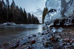 Όμορφος πάγος στο riverbank Στοκ φωτογραφία με δικαίωμα ελεύθερης χρήσης