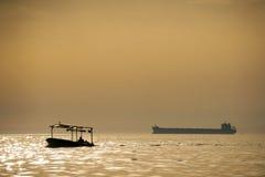 όμορφος πέρα από καλυμμένο το θάλασσα θερινό ηλιοβασίλεμα Στοκ Εικόνα
