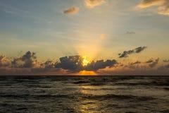 όμορφος πέρα από το ηλιοβασίλεμα θάλασσας τροπικό Στοκ Φωτογραφίες