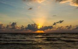 όμορφος πέρα από το ηλιοβασίλεμα θάλασσας τροπικό Στοκ φωτογραφίες με δικαίωμα ελεύθερης χρήσης