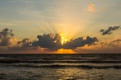 όμορφος πέρα από το ηλιοβασίλεμα θάλασσας τροπικό Στοκ Φωτογραφία