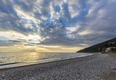 όμορφος πέρα από το ηλιοβασίλεμα θάλασσας στοκ εικόνα με δικαίωμα ελεύθερης χρήσης
