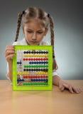 Όμορφος πίνακας αβάκων χρήσης μικρών κοριτσιών Στοκ Εικόνες