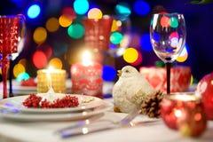 Όμορφος πίνακας που θέτει για τη γιορτή Χριστουγέννων ή το νέο εορτασμό έτους στο σπίτι Άνετο δωμάτιο με μια εστία και χριστουγεν στοκ φωτογραφία με δικαίωμα ελεύθερης χρήσης
