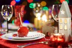 Όμορφος πίνακας που θέτει για τη γιορτή Χριστουγέννων ή το νέο εορτασμό έτους στο σπίτι Άνετο δωμάτιο με μια εστία και χριστουγεν στοκ φωτογραφίες