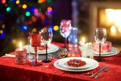 Όμορφος πίνακας που θέτει για τη γιορτή Χριστουγέννων ή το νέο εορτασμό έτους στο σπίτι Άνετο δωμάτιο με μια εστία και χριστουγεν στοκ εικόνες με δικαίωμα ελεύθερης χρήσης