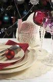 Όμορφος πίνακας Χριστουγέννων που θέτει μπροστά από το χριστουγεννιάτικο δέντρο, με τα κόκκινα goblet κρασιού κρυστάλλου γυαλιά - Στοκ φωτογραφίες με δικαίωμα ελεύθερης χρήσης