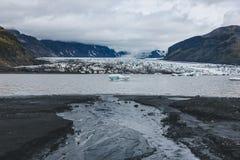 όμορφος παγετώνας Skaftafellsjkull και χιονώδη βουνά ενάντια στο νεφελώδη ουρανό στο εθνικό πάρκο Skaftafell στοκ φωτογραφία με δικαίωμα ελεύθερης χρήσης