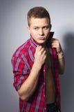 Όμορφος πανέμορφος νεαρός άνδρας στο πουκάμισο εσωτερικό στοκ εικόνες με δικαίωμα ελεύθερης χρήσης