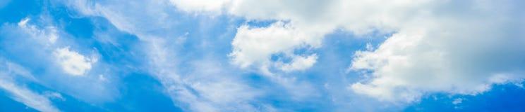 Όμορφος πανοραμικός ζωηρός δονούμενος μπλε ουρανός με τα άσπρα σύννεφ στοκ φωτογραφία με δικαίωμα ελεύθερης χρήσης