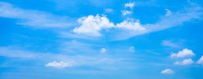 Όμορφος πανοραμικός ζωηρός δονούμενος μπλε ουρανός με τα άσπρα σύννεφ στοκ φωτογραφίες με δικαίωμα ελεύθερης χρήσης