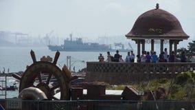 Όμορφος παράκτιος λιμένας τοπίου & αποβαθρών Σκάφη βαρκών κρουαζιέρας στην ωκεάνια επιφάνεια νερού, πόλη Qingdao, γλυπτό πηδαλίων απόθεμα βίντεο