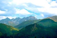 Όμορφος, παραμύθι και γραφικό τοπίο βουνών στοκ φωτογραφία