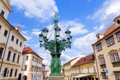 Όμορφος παλαιός λαμπτήρας στις οδούς της Πράγας, Δημοκρατία της Τσεχίας Στοκ εικόνες με δικαίωμα ελεύθερης χρήσης