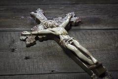 Όμορφος παλαιός σταυρός με τον Ιησού στο παλαιό ξύλινο πάτωμα Στοκ φωτογραφία με δικαίωμα ελεύθερης χρήσης